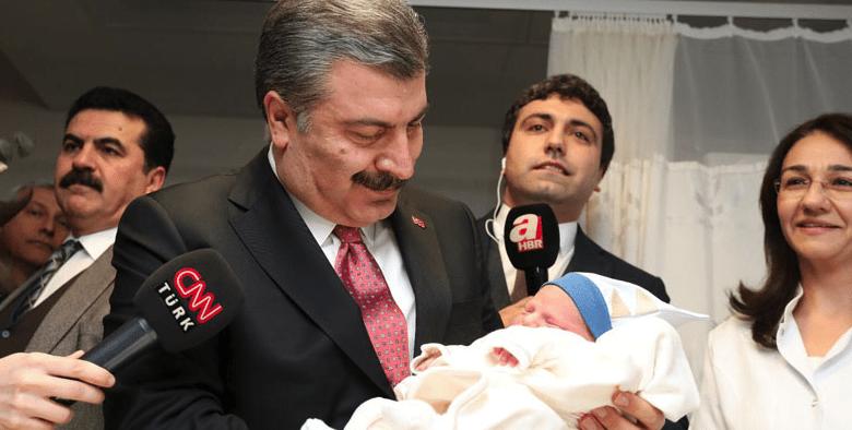 Bakan Koca, İstanbul'da Dünyaya Gelen 2019'un İlk Bebeğini Ziyaret Etti