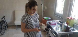 Hasta yakını hamile hemşireye taşla saldırdı.